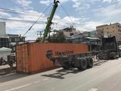 Container tông nhau lật nhào, giao thông ùn tắc nghiêm trọng
