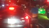 CSGT phạt một tài xế tiểu bậy giữa đường thành phố