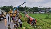 Hiện trường rùng mình vụ xe khách Việt - Lào lật nhào trên đường Hồ Chí Minh