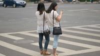 Trung Quốc Sử dụng điện thoại khi qua đường sẽ bị phạt tiền