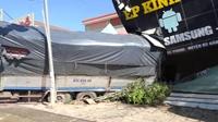 Xe tải trôi dốc tông sập nhà dân