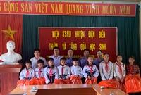 VKSND huyện Điện Biên tặng quà học sinh nghèo xã biên giới