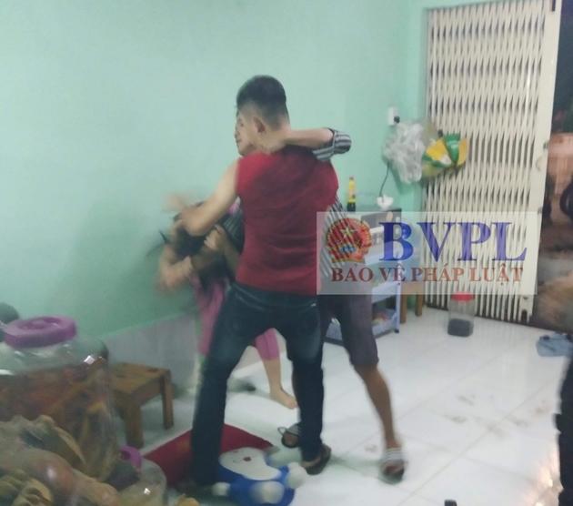 Nhóm thanh niên lao vào đánh vợ chủ quán dê khiến người này phải nhập viện. Ảnh: CTV