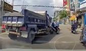 CLIP tài xế xe ben bấm còi inh ỏi, ép xe máy vào lề, suýt gây tai nạn
