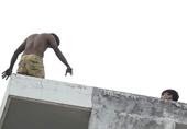 Nam thanh niên nghi ngáo đá leo lên sân thượng la hét điên cuồng