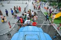 Dân Hà Nội xếp hàng lấy nước sạch sau sự cố Nhà máy nước sông Đà