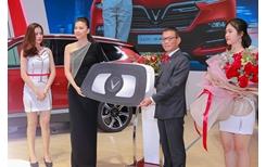VinFast bàn giao xe Lux SA2 0 giá 1,7 tỷ đồng cho đại sứ thương hiệu Ngô Thanh Vân