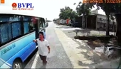 Lái xe buýt bị vợ chồng chủ xe khách hành hung, không cho đón khách