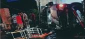 Xe cứu thương lao vào nhà dân lật ngang