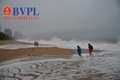 Du khách nước ngoài thích thú check in bãi biển Nha Trang sóng cao 3-4m