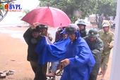 Người dân Quảng Ngãi đội mưa chằng chống nhà cửa chống bão