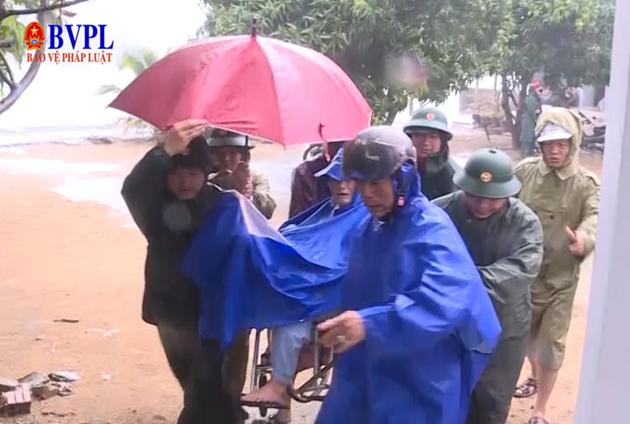 Người dân Quảng Ngãi di dời đến nơi an toàn trước bão số 6