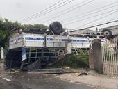 Xe tải lạc tay lái ủi 10m rào chắn, 'phơi bụng' trước sân nhà dân