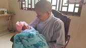 Bé trai sơ sinh bị mẹ bỏ lại trong chùa Thanh Lương