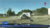 Thiếu quan sát, xe ô tô va chạm mạnh với xe container