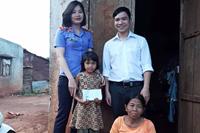 Chi đoàn Khối Nội chính huyện Chư Sê tặng quà trẻ em có hoàn cảnh khó khăn