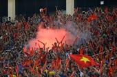 Phạt tiền CĐV đốt pháo sáng trong sân vận động Mỹ Đình
