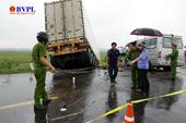 Xe khách chở các nhà sư lấn làn xe tải, 3 người tử vong, 10 người bị thương nặng