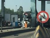 Xe khách bất ngờ tông thẳng vào trạm thu phí