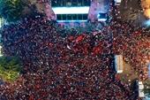 TP HCM Biển người đỏ rực đổ ra đường ăn mừng U22 Việt Nam vô địch