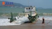 Sà lan trôi dạt, mắc cạn trên bãi tắm Nha Trang