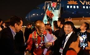 Đoàn thể thao Việt Nam về đến Nội Bài và lên xe đến gặp Thủ tướng