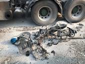 Container tông xe máy bốc cháy, một người bị cán nát đùi ở khúc cua tử thần
