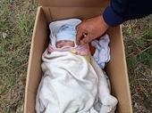 Người mẹ bỏ bé gái sơ sinh ven đường, nhắn ai nhặt được nuôi giúp