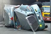 Container lật ngang tại hầm chui, giao thông ùn tắc nghiêm trọng
