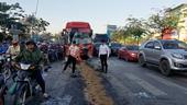 Hai xe khách tông nhau khi dừng đèn đỏ, 5 người bị thương