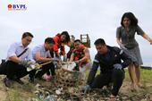 Diễn viên điện ảnh Lý Hùng chung tay nhặt rác vì một môi trường không rác thải nhựa tại Quảng Nam