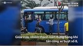 Nhóm thanh niên dùng hung khí đập kính xe buýt