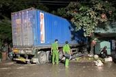 Xe đầu kéo tông sập 2 nhà dân, tài xế tử nạn