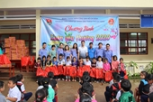 Tuổi trẻ VKSND TP Đà Nẵng tặng quà học sinh nghèo vùng cao