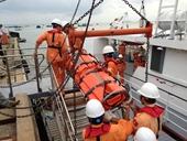 Điều tàu SAR 412 đưa ngư dân bị nạn trên biển về bờ chữa trị