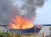 Kiểm sát khám nghiệm hiện trường vụ cháy tàu du lịch gây thiệt hại 4 tỷ đồng