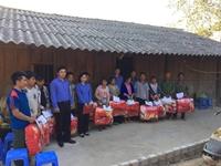 VKSND huyện Mường Chà tặng quà người nghèo trong dịp tết Canh Tý