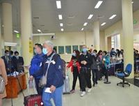Du khách Trung Quốc đeo khẩu trang xông đất Quảng Ninh
