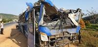 Xe khách chở 46 người rơi xuống vực ở Phú Yên