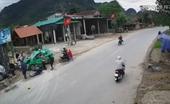 Phút kinh hoàng taxi lao vào đoàn người đứng bên đường ở Quảng Bình