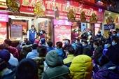 Người dân đeo khẩu trang, xếp hàng dài chờ mua vàng ngày vía Thần Tài