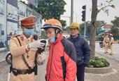 CSGT Hà Nội đeo gang tay, khẩu trang khi kiểm tra nồng độ cồn