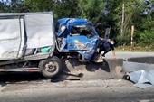 Xe container va chạm xe tải tài xế nhập viện cấp cứu