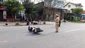 Bất chấp hiệu lệnh dừng xe, nam thanh niên tông gãy chân 1 đại úy CSGT