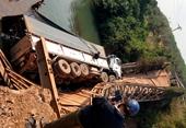 """""""Cưỡi"""" trên cầu tạm, cả cầu và xe đổ xuống suối"""