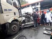 Khoảnh khắc kinh hoàng vụ tai nạn liên hoàn giữa 3 xe ô tô ở Thừa Thiên Huế