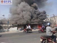 Đang bốc cháy xưởng gỗ dữ dội ở ven TP Hồ Chí Minh