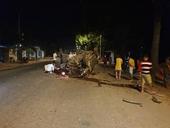 Tông vào gốc cây khiến ô tô lật ngửa, 7 người thương vong