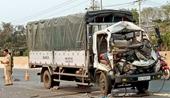 Xe tải nát đầu sau khi đầu đầu với máy cày, 3 người thương vong