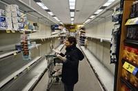 Hình ảnh kệ hàng siêu thị trống trơn tại nhiều nước vì dịch